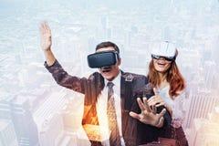 情感人民在虚拟现实中的做一次旅途 免版税库存图片