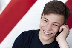 情感人电话联系的年轻人 免版税库存图片