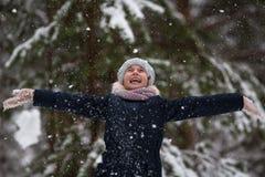 情感儿童女孩高兴对第一雪 愉快 免版税图库摄影