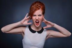 情感地尖叫的妇女 免版税库存图片