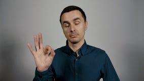 情感地显示姿态ok的一个年轻商人的特写镜头画象 股票视频