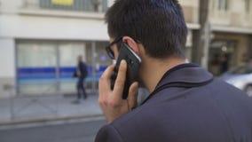 情感地谈论后面的观点的高人由在城市街道的电话发布 股票视频