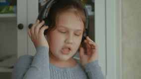 情感女孩一点 有长的头发跳舞的小女孩与在家的耳机 影视素材