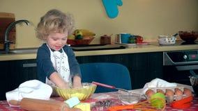 情感女孩在厨房里弄乱用面粉 滑稽的儿童拍手手和笑 影视素材
