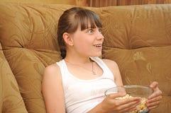 情感女孩用玉米花 库存图片