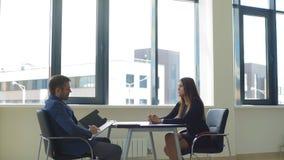 情感妇女在采访中回答雇主的问题 影视素材