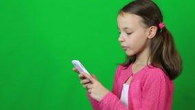 情感小女孩谈话在Skype在电话 影视素材