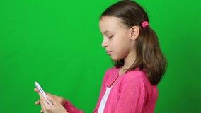 情感小女孩谈话在Skype在电话 股票视频