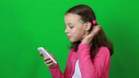 情感小女孩谈话在Skype在电话 股票录像