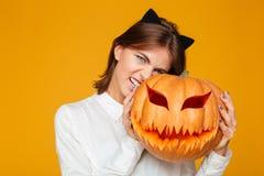 情感少妇在疯狂的猫万圣夜服装穿戴了 图库摄影