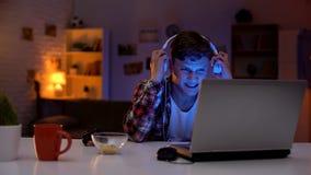 情感少年不充分地起反应对电子游戏,笨拙年龄,瘾 库存照片