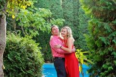 情感愉快的夫妇在夏天公园 免版税库存图片