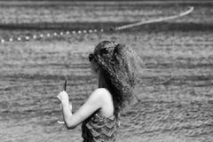 情感愉快的妇女 海滩的卷曲白肤金发的妇女 免版税库存图片