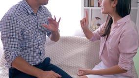 情感愤怒的女孩与男朋友和积极的姿态手争吵在争执期间户内 股票视频