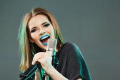 情感歌唱家 15个妇女年轻人 免版税库存照片