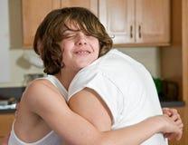 情感父亲拥抱儿子 免版税库存照片