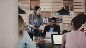 情感白种人女性CEO引导同事在不同种族的企业队会议上在现代时髦的办公室空间4K 影视素材