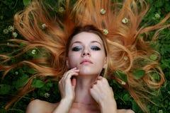 情感白肤金发,被展开的头发,看在照相机 图库摄影