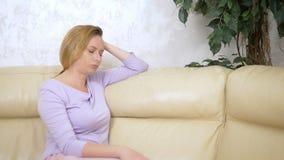 情感的概念 哀伤的妇女坐沙发在客厅 影视素材