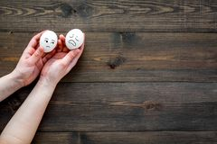 情感管理概念 悲伤 在鸡蛋画的哀伤的面孔 木背景顶视图拷贝空间 库存图片