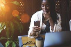 情感美丽的美国黑人的妇女 免版税库存图片