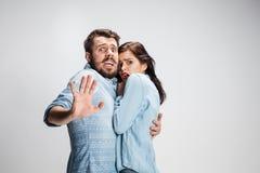 情感表情吃惊的夫妇,妇女看起来惊奇的开放嘴的一个人 库存图片
