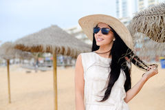 惊人一件白色礼服和太阳镜的美丽的少妇画象  免版税图库摄影