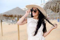 惊人一件白色礼服和太阳镜的美丽的少妇画象  库存图片