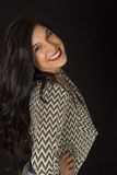 惊人与巨大的微笑的华美的黑发模型 免版税库存图片