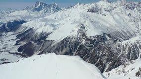 惊人与盖小山,多雪的上面,在4k的空中英尺长度的许多的山脉树 股票录像