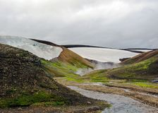惊人在地热蒸汽包裹的流纹岩山,位于兰德曼纳劳卡,Fjallabak自然保护,冰岛中部 免版税库存图片
