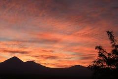 惊人在山脉剪影的颜色渐进性在圣佩德罗德阿塔卡马,智利北部,南美洲 库存图片
