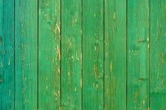 惊人地绿色木墙壁的美好的老纹理有破裂的油漆的 图库摄影
