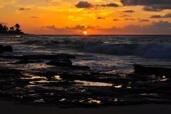 惊人夏威夷日出和波浪 库存照片
