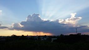 惊人的云彩和蓝天与日落 免版税库存照片