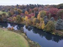 惊人的五颜六色的充满活力的秋天秋天英国乡下风景的惊人空中寄生虫风景图象 免版税库存图片