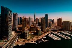 惊人的五颜六色的迪拜小游艇船坞地平线,迪拜,阿联酋 免版税图库摄影