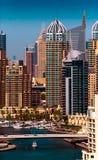 惊人的五颜六色的迪拜小游艇船坞地平线,迪拜,阿联酋 免版税库存照片