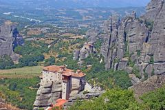 惊人的修道院的美好的风景视图在山和岩石上面的在迈泰奥拉,希腊 库存图片