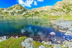 惊人的冰川湖和五颜六色的石头, Retezat山,特兰西瓦尼亚,罗马尼亚 免版税图库摄影