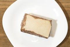 惊人的冰淇凌用在板材的奶蛋烘饼 免版税图库摄影