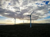 惊人的剪影和日落在风力场,阿尔巴尼 免版税库存照片