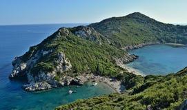 惊人的双重海滩在科孚岛命名了波尔图Timoni 免版税库存照片