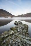惊人的在Crummock水的冬天有雾的日出在湖区 免版税图库摄影