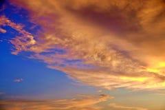 惊人的多云天空 太阳通过云彩出来 免版税库存图片