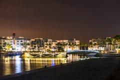 惊人的夜点燃苏丹王国阿曼Souly海湾港口和旅馆海边 库存图片