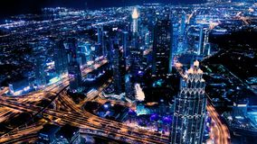 惊人的夜迪拜街市地平线 五颜六色的日落 商业区全景与世界的最高的摩天大楼的 股票录像