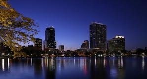 惊人的天空和地平线在湖Eola在奥兰多,佛罗里达,美国 库存照片