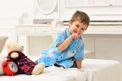 惊人的天 使用与熊的小男孩 儿童游戏玩具 愉快的童年 关心和发展  免版税库存照片