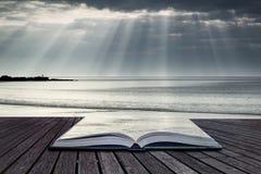 惊人的太阳发出光线破裂从在空的黄沙海滩的天空 免版税库存图片